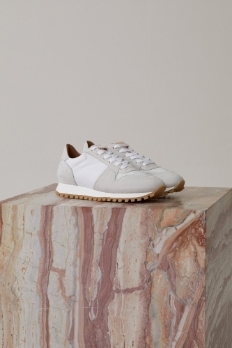 Closed white sneakers - white